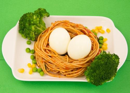 prato colorido com macarrão, brócolis e ovo.